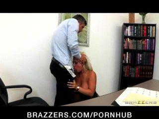 믿을 수 없을 정도로 뜨거운 큰 가슴 금발 대장 데이나 vandetta는 직원을 망한다.