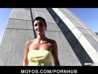 완벽한 몸매를 가진 섹시한 체코 소녀는 공개적으로 섹스를 지불받습니다.