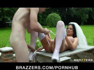 busty brunette bride 신부 jasmine jae는 신랑의 형제와 섹스를한다.