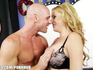 큰 가슴 금발의 유부녀 제니퍼는 데이트 쇼에서 가장 성기를 빨아 먹는다.
