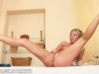 거친 금발 하이틴 제시 갈색 욕조에서 그녀의 엉덩이와 활약