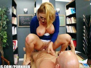 흥분한 학교 사서가 거시기에 의해 그녀의 책상에 부딪치게된다.