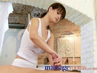 마사지 룸 발 문지름과 기름 섹스와 busty masseuse