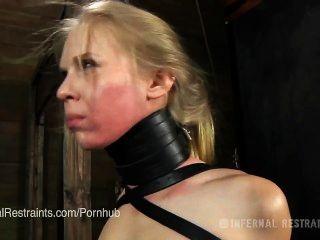 사라 제인 실론은 노예 노예로 훈련받습니다.