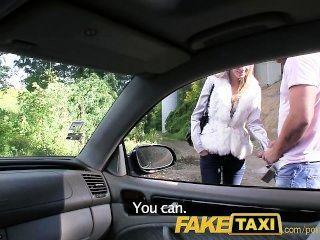 faketaxi 천사가 내 택시에 내 거시기에 의해 두드리고있다