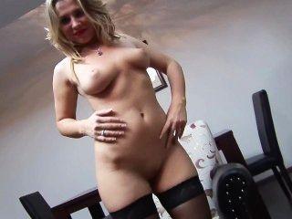 나일론의 섹시한 금발은 그녀의 음부를 즐겁게합니다.