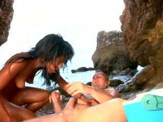 아름다운 latina는 해변에서 크림과 정액으로 덮여 있습니다.
