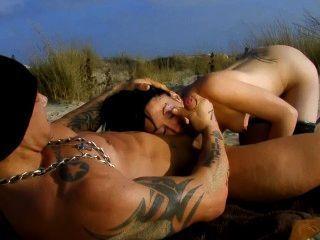 마른 프랑스 여자는 해변에서 큰일났다.
