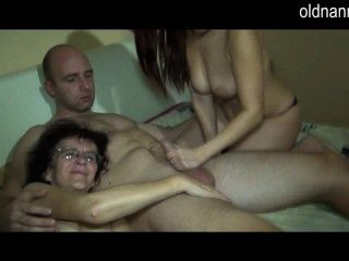 오래 된 성숙한 엄마와 젊은 여자가 함께 불고있다