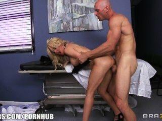 slutty blonde paitent는 그녀의 의사에게 그녀의 하드 거시기를 주겠다고합니다.