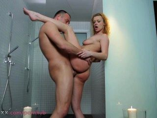 엄마 부부는 샤워에서 사랑을 만든다.