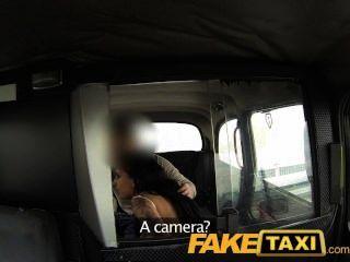 faketaxi 어린 소녀는 택시를 마셔야한다.