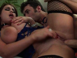 휘트니는 놀라운 가슴을 가지고있다.