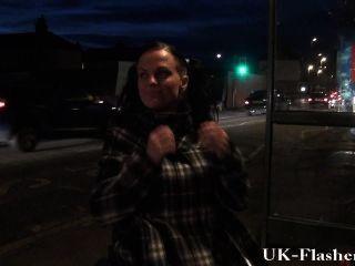 그녀의 장애인과 휠체어에서 공공 장소에서 깜박하고있는 여우 카프리스