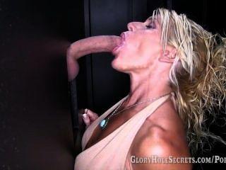 gloryhole secret gina는 6 명의 낯선 사람에게 blowjobs를 주며 그들의 정액을 삼킨다.