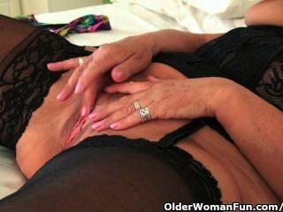 큰 가슴을 가진 통통한 할머니는 검은 스타킹과 masturbates를 입는다.