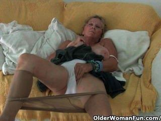 큰 가슴을 가진 할머니는 팬티 스타킹으로 자위한다.