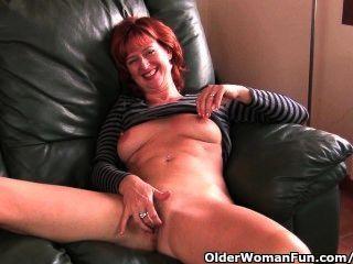성숙한 및 redheaded milf는 그녀의 무자 비한 음부를 문지른다.