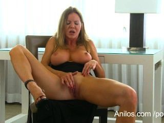 bigtit cougar amber michaels가 그녀의 물방울을 처벌합니다.