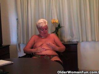 흑인 스타킹에 통통한 할머니는 딜도 라구 딜도로 자위한다.