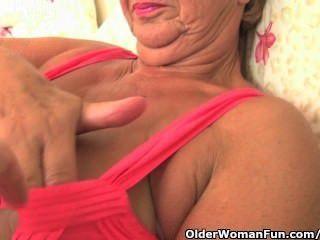 풍만한 몸매를 가진 할머니는 사진 작가가 손을 잡고 손가락질을합니다.