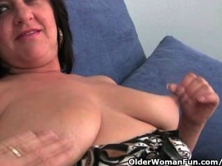 큰 가슴과 큰 엉덩이를 가진 성숙한 엄마는 손가락을 망쳤다.