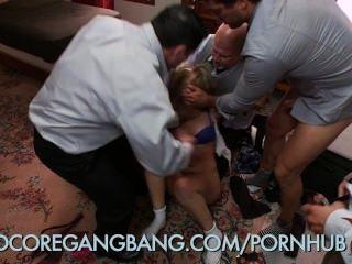 학교 소녀는 하드 코어 갱과 함께 지배자 교장에 의해 처벌을받습니다.