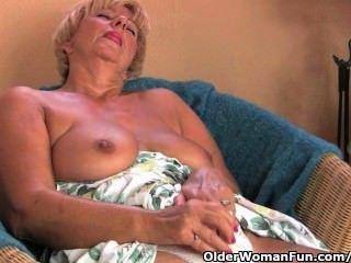 통통한 할머니는 손가락과 진동기로 자위한다.