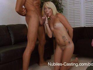 nubiles 캐스팅은 그녀의 꽉 짜여진 십대가 거대한 거시기를 취할 수 있습니까?