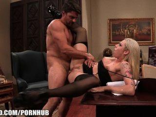 베일리 블루는 그녀가 씹을 때까지 카메라에 엉덩이에 난간을 당긴다.