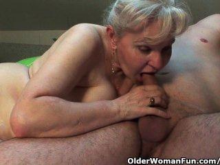 할머니는 더위에 열중하고 싶다.