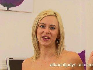 안나 기쁨은 흥분을 가져오고 사무실에서 인터뷰를하고 나서 자위한다.