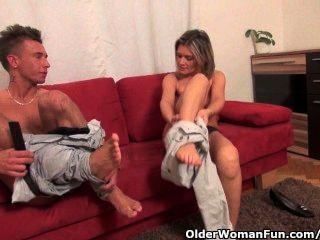 섹시한 아가씨가 좆되어 빨아 젖 혔어.