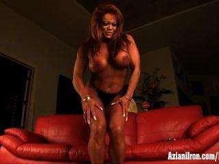 성숙한 근육 여자 자위 그녀의 거대한 clit