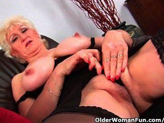 그녀의 큰 가슴과 손가락이 그녀의 늙은 여자와 섹스 마사지에서 할머니