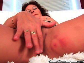 큰 가슴을 가진 할머니 손가락이 그녀의 털이 음부에 사로 잡힌다.