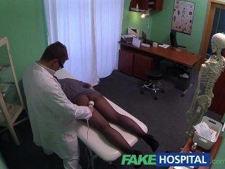 가짜 병원 숨겨진 카메라 마사지 도구를 사용하여 여성 환자를 잡으십시오
