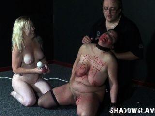 레즈비언 노예들은 아마추어 bb의 기괴한 삽입과 하드 코어 지배 섹스