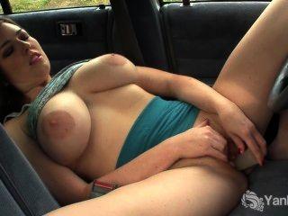 busty 호박색 장난감 그녀의 여자가 차에