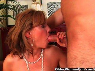 뜨거운 몸을 가진 성숙한 엄마는 소파에서 뚫고 나간다.