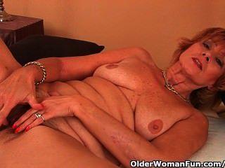 통통 할머니가 그녀의 면도가없는 음부에서 좆된다.