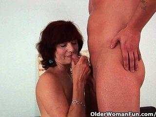 할머니는 좋은 섹스와 크림 같은 얼굴을 얻습니다.