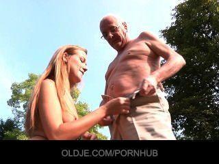 늙은이 먹는 젊은 여자