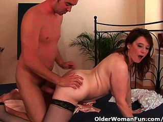 뚱뚱한 나이 든 여자는 그녀의 얼굴에 거시기를 내리다
