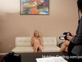 nubiles 캐스팅 귀여운 금발 포르노에서 그녀의 첫 번째 기회를 가져옵니다