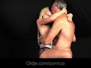 그녀의 애인에 의해 버려진 금발의 십대는 섹스 요구를 위해 노인을 성교시킵니다.
