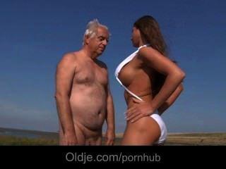 큰 가슴은 해변에서 늙은이 좆.