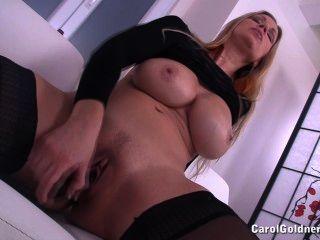 캐롤은 그녀의 젖은 성기를 엿 먹인다.