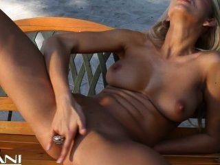 그녀의 비키니와 손가락 빌어 먹을 뜨거운 금발 소녀 스트립