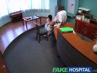fakehospital busty 전 포르노 스타는 그녀의 놀라운 성적 능력과 몸을 사용합니다.